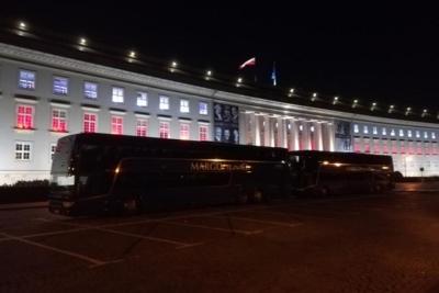 Протест против проволочек: уженд Вроцлава заблокирован двухэтажными автобусами 23